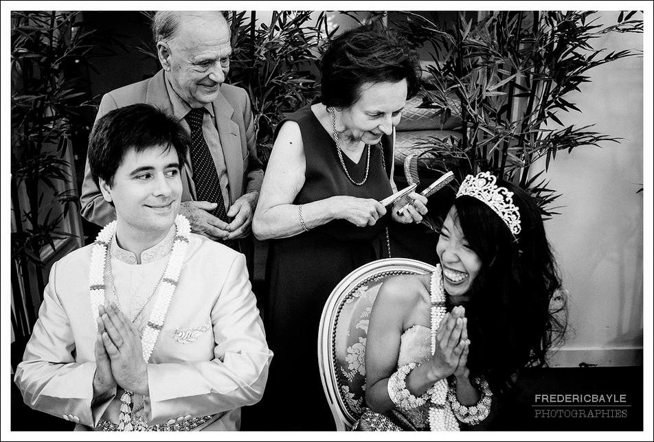 Selon la tradition cambodgienne les parents coupent une mèche de cheveux des mariés