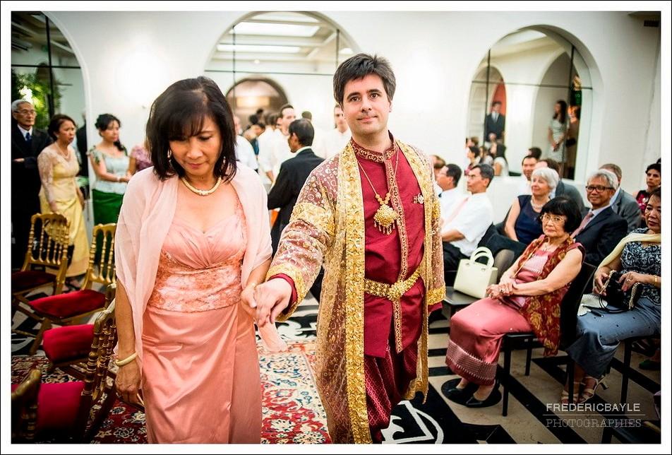Après avoir changé de tenue, le marié revient dans la salle de mariage