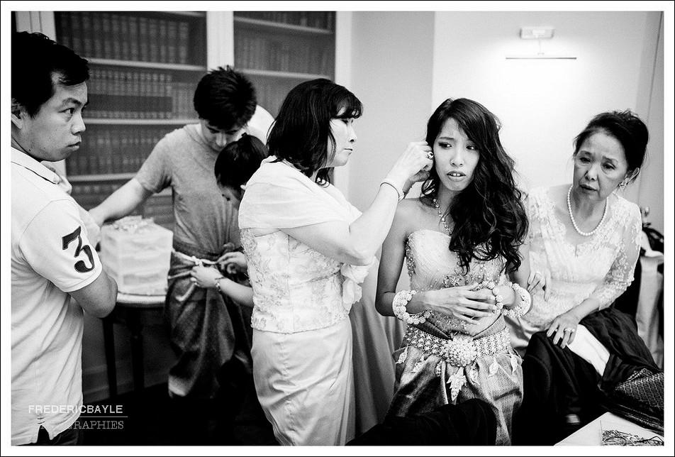 Habillage de la mariée et pose des bijoux
