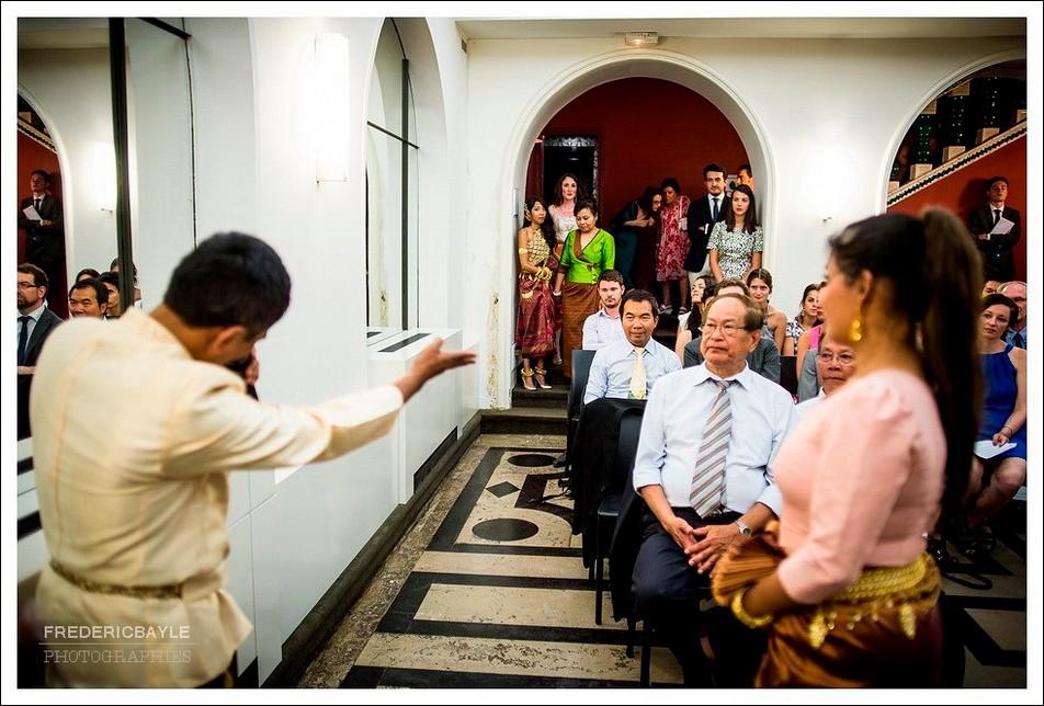 La mariée revient dans la salle de mariage