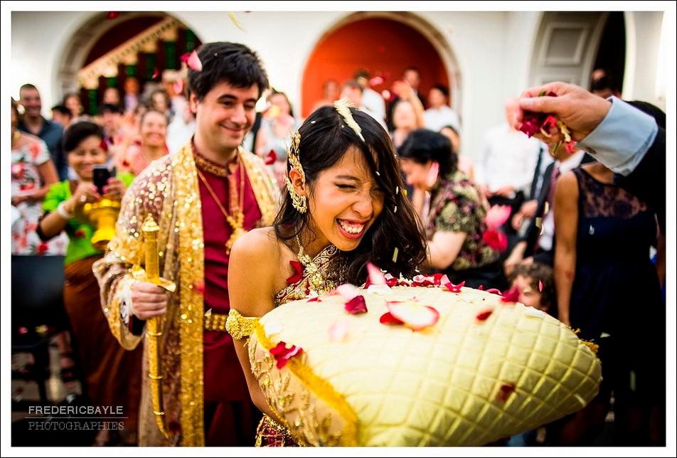 Les mariés quittent la salle de mariage