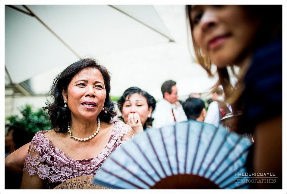 Femme à l'éventail durant le cocktail du mariage