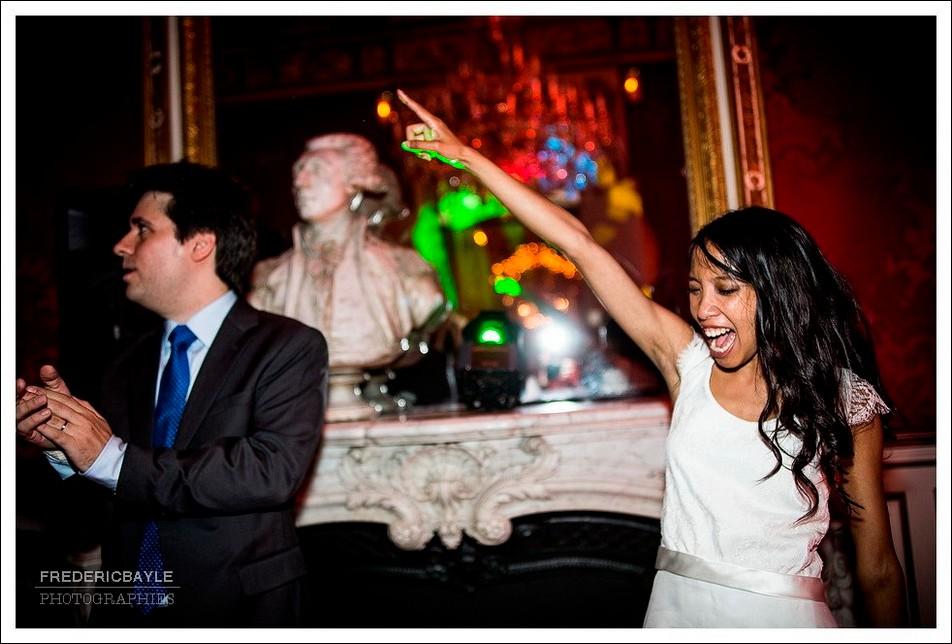 La mariée lance la soirée dansante du mariage