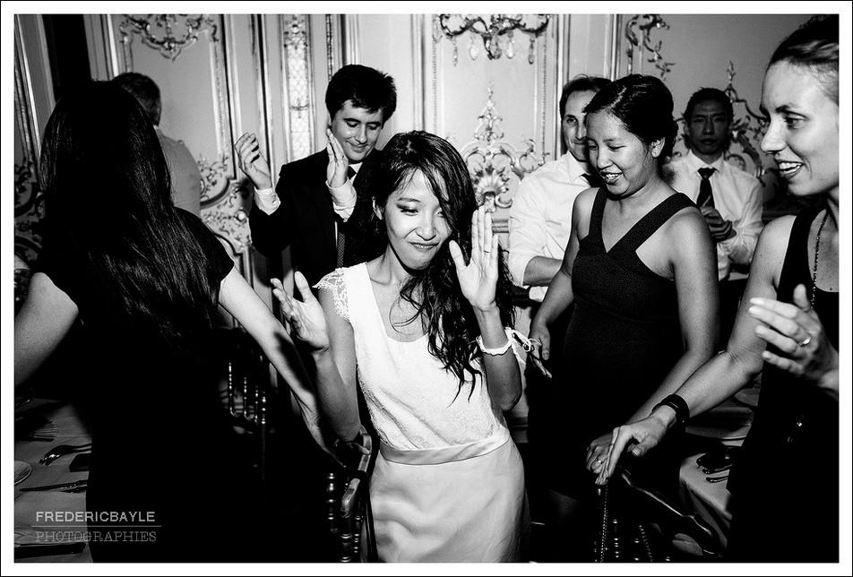 La mariée danse avec ses amies