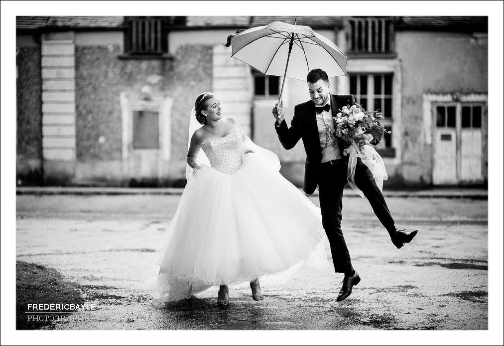 mariage pluvieux et photos de couple sous la pluie