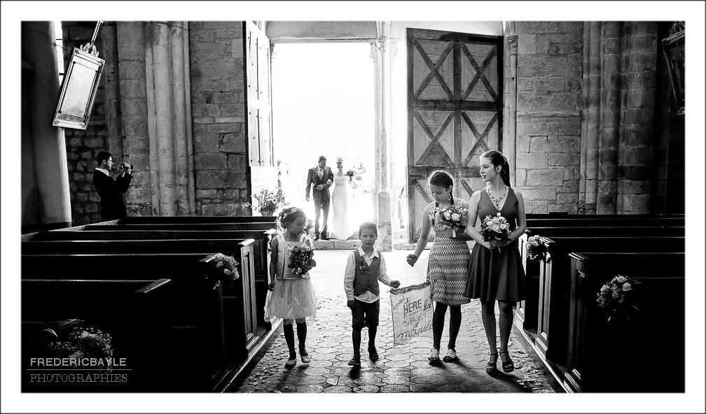 Mariage à l'Abbaye de Vauluisant en Bourgogne, entrée de la mariée dans l'église Notre Dame de Villeneuve l'Archevêque.