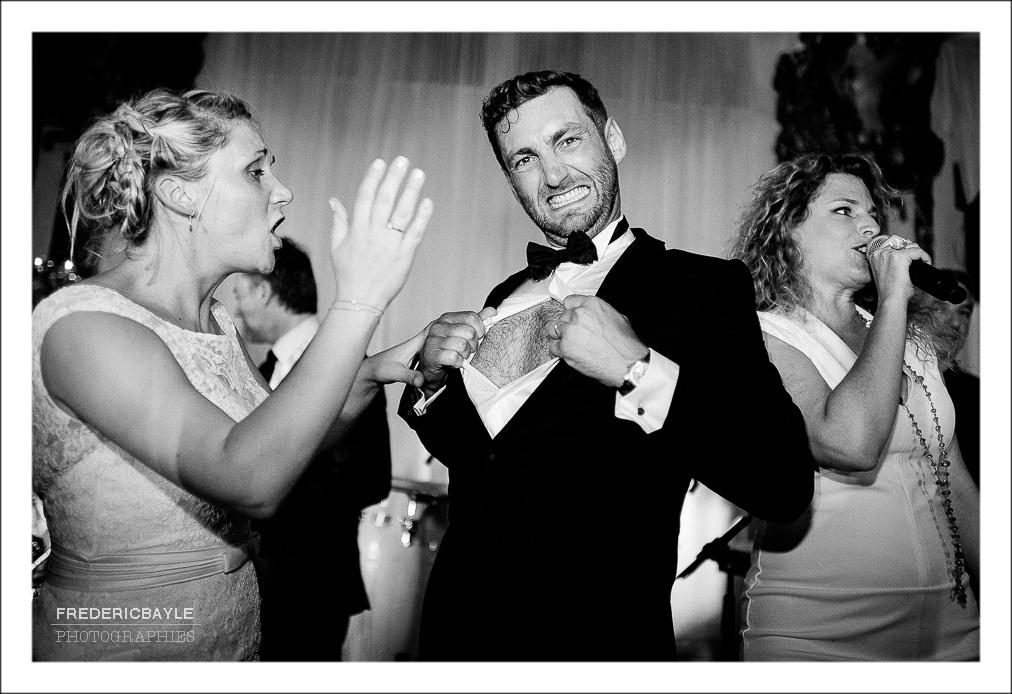 mariage aux Salons Hoche Paris, le marié déchire sa chemise lors de la soirée de réception