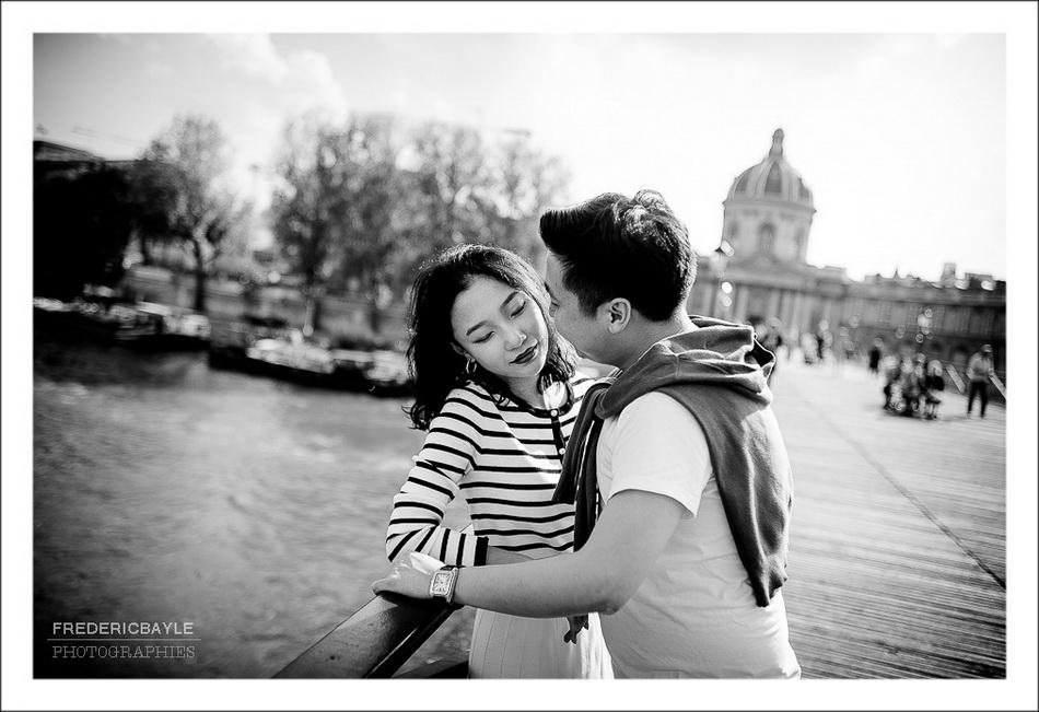 deux amoureux sur le Pont des Arts