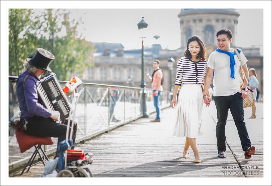 Love session sur le Pont des Arts à Paris, dit aussi Passerelle des arts
