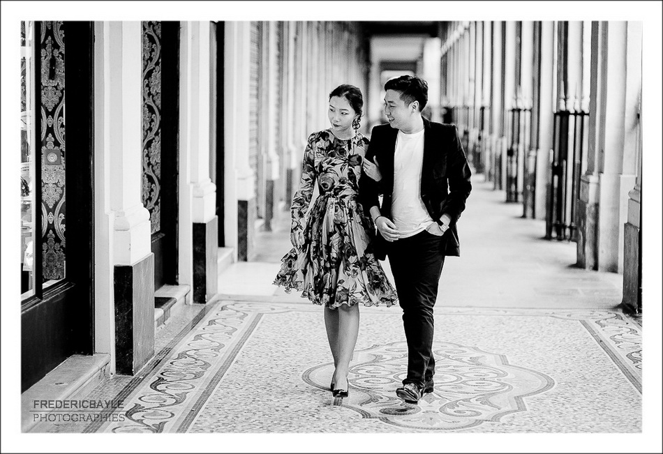 couple sous les arcades du Palais Royal