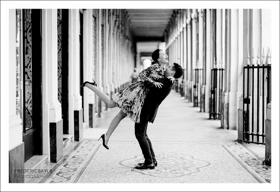 deux amoureux comme dans un film à Paris