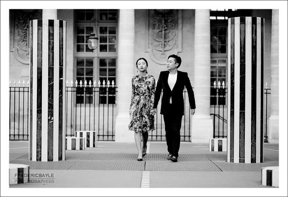couple de chinois marchant entre les colonnes de Buren à Paris