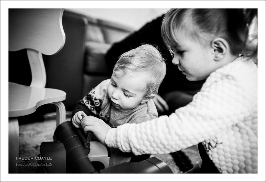 les enfants jouant durant un reportage famille