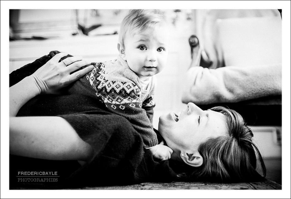 la maman jouant avec son petit garçon dans le salon