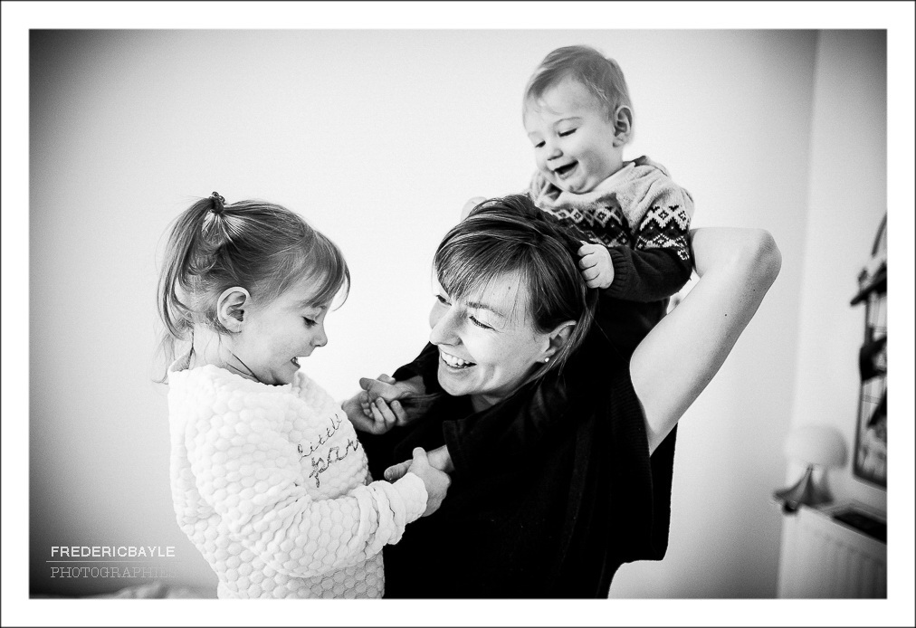 Photos de maman avec ses deux enfants en train de jouer