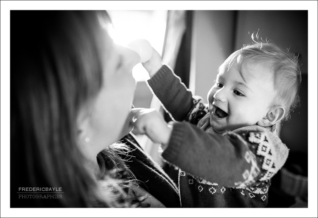 bébé qui fait un grand sourire à maman