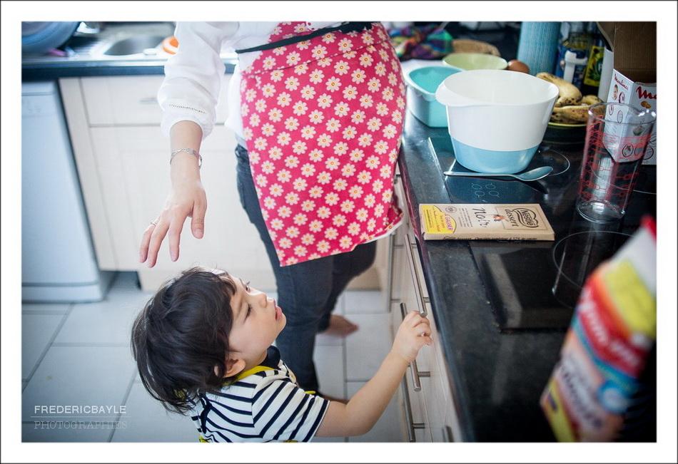 Maman et son enfant dans la cuisine