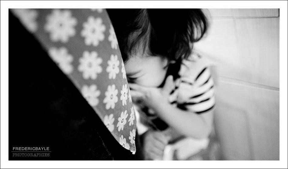 Enfant dans les jupes de sa maman