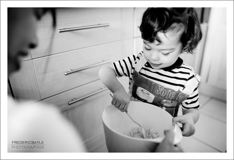 Petite fille faisant un gateau au chocolat