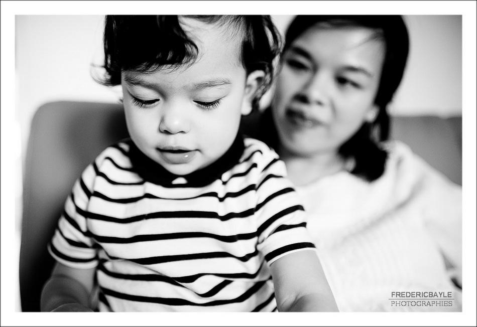 gros plan sur la petite fille. Sa maman en arrière plan.