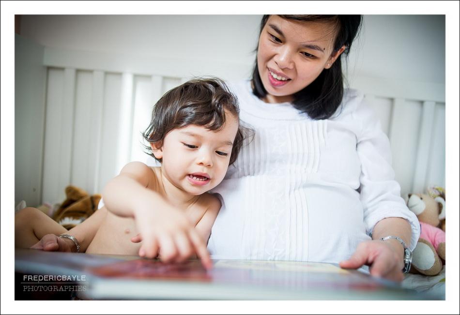 enfant lisant avec sa maman pendant la grossesse