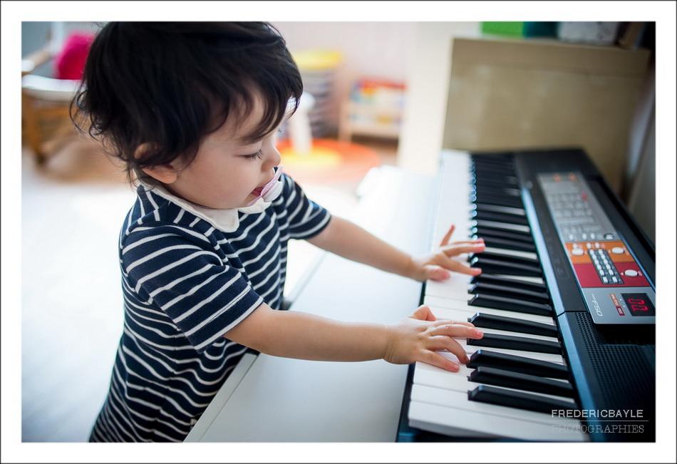 petite fille jouant du piano