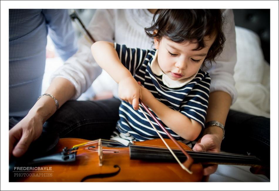 petite fille jouant de la musique pour la grossesse de sa maman
