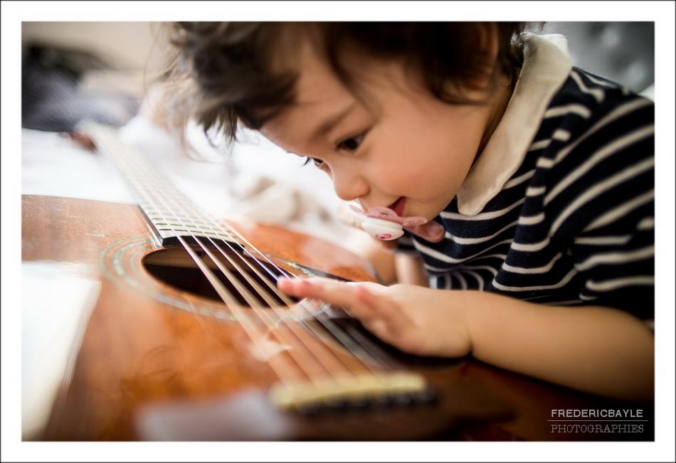 gros plan sur un enfant faisant de la musique