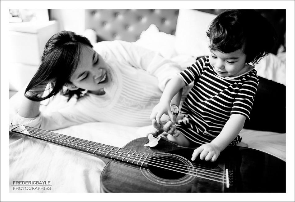 En jouant de la musique avec maman dans la maison de Paris