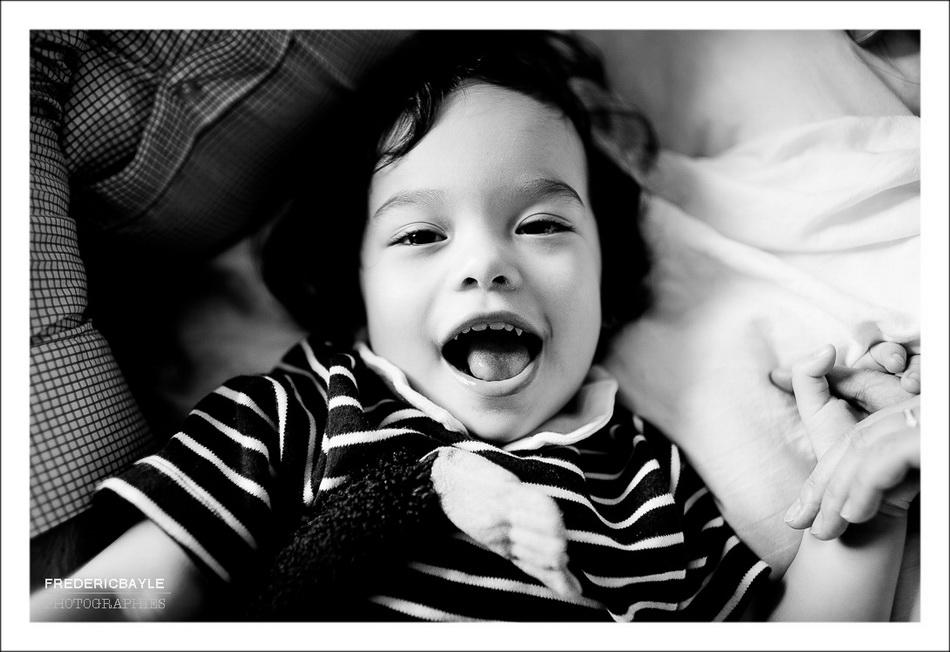 gros plan sur enfant en train de rire