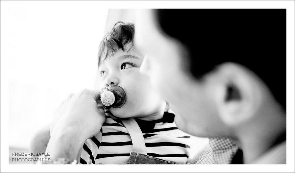 plan à contre-jour de papa avec son enfant