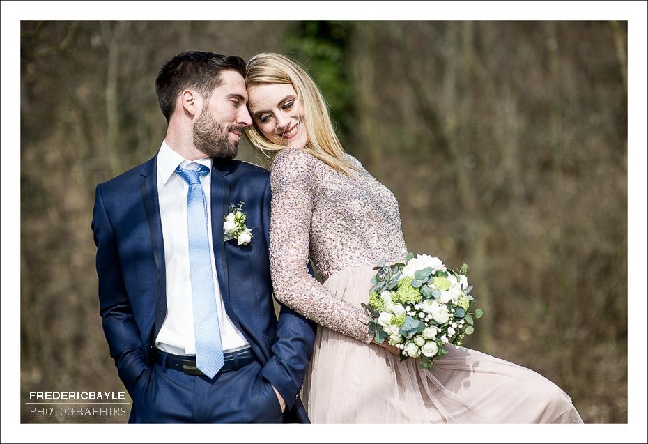 moment de détente des mariés durant la séance photo de couple