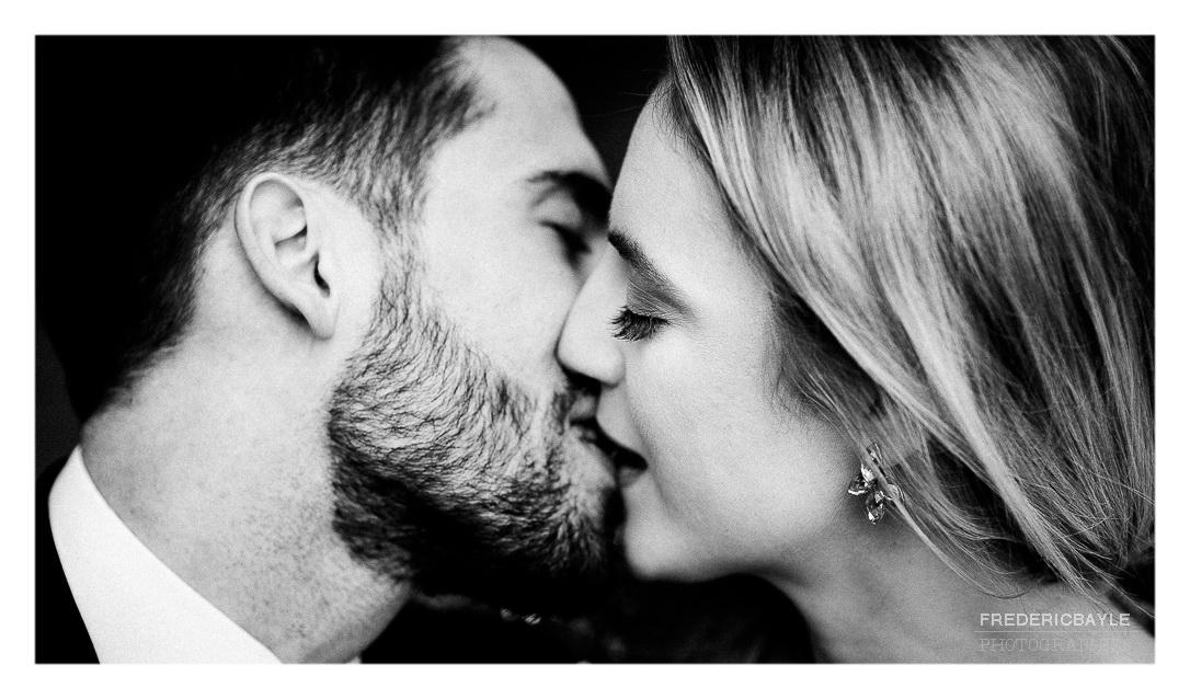 baiser des mariés en noir et blanc