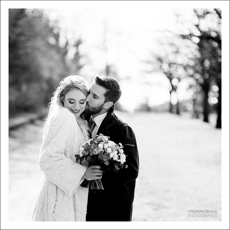 format carré des mariés en train de s'embrasser