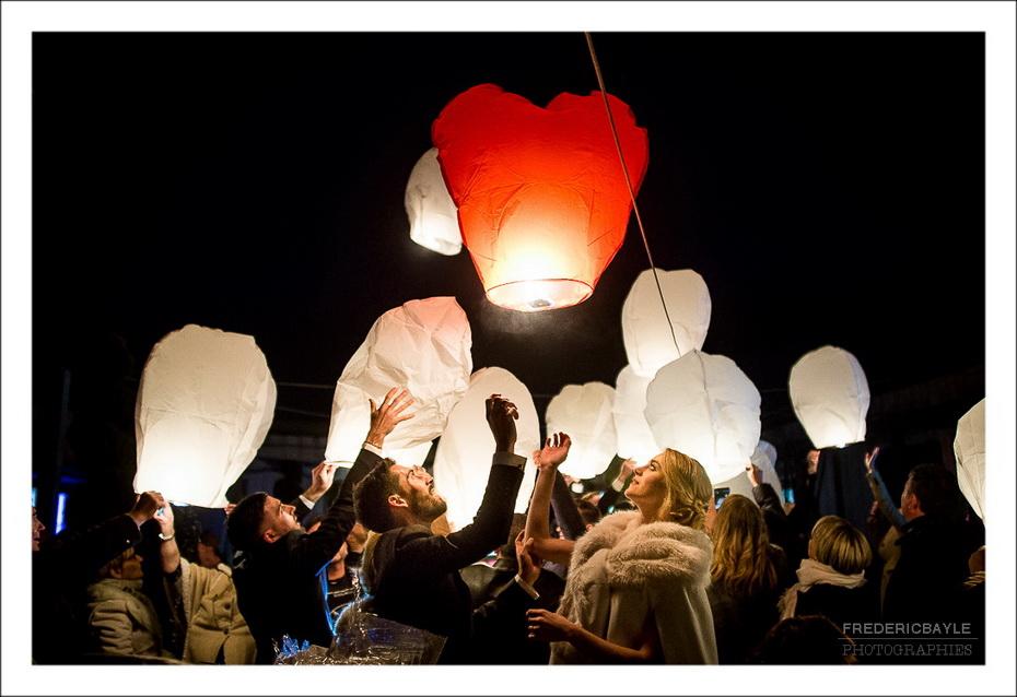 lâché de lanterne dans la nuit noire lors de ce reportage de mariage à Lyon