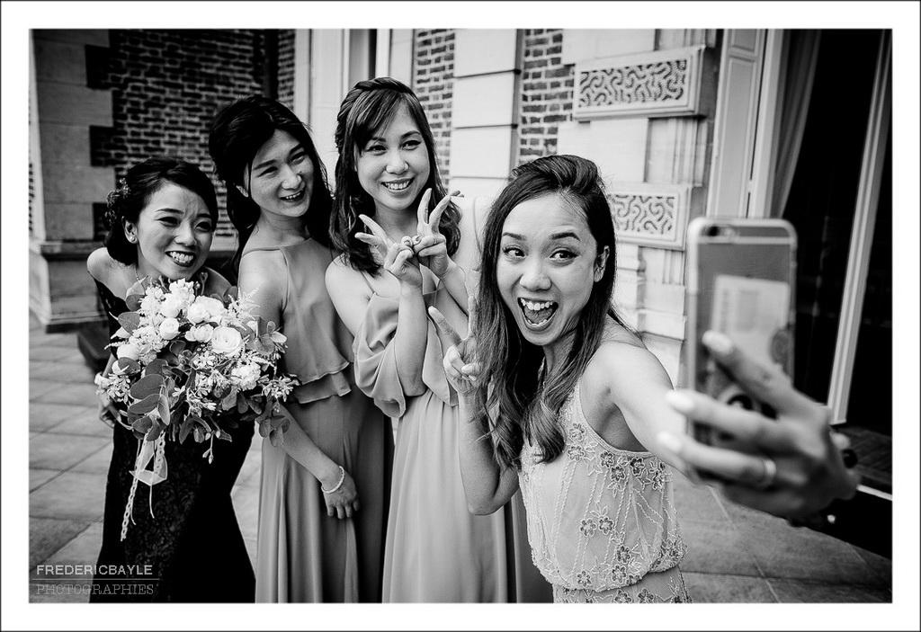 selfi des demoiselles d'honneur avec la mariée