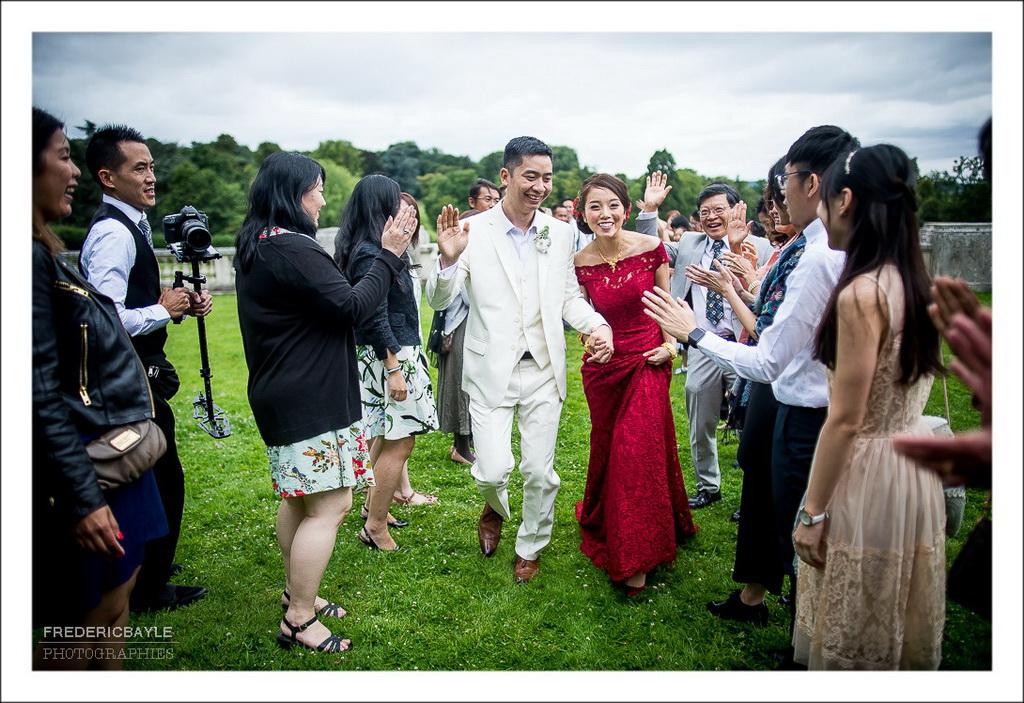 parade des mariés avec leurs invités