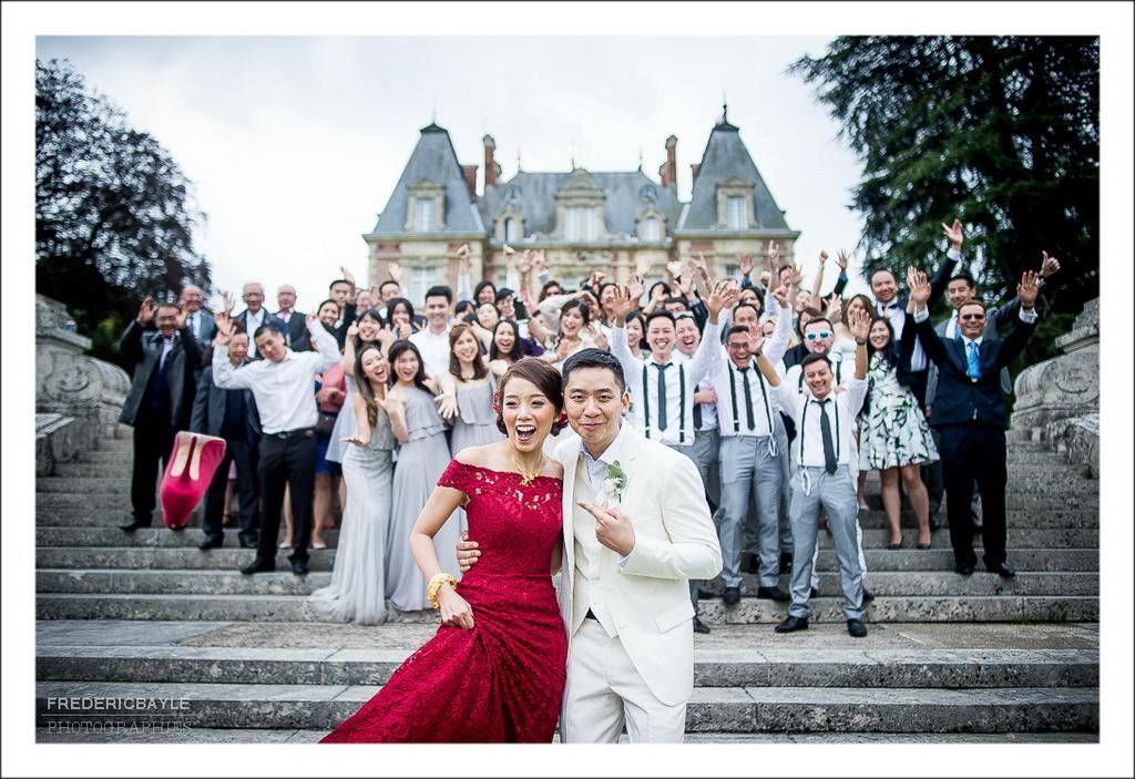 photos de groupe fun des mariés avec leurs familles