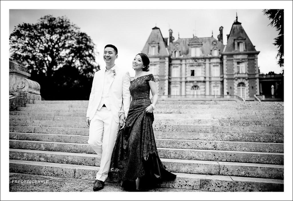 les mariés descendant les marches du château de Bouffémont après la cérémonie