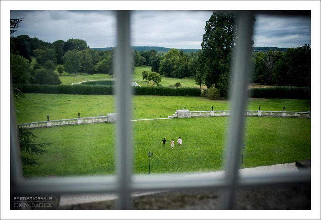 vue de la fenêtre du parc du château avec enfants