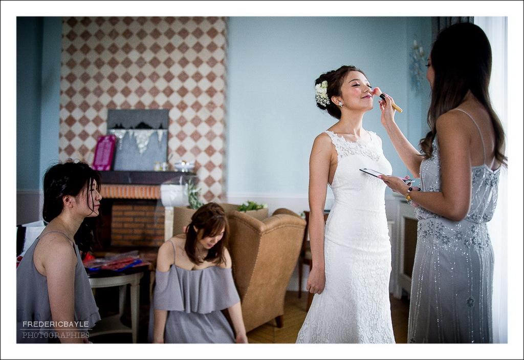 maquillage de la mariée dans sa chambre