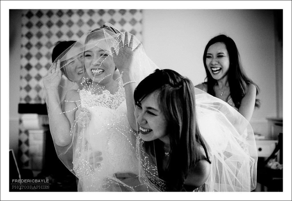 scène de rire de la mariée avec ses demoiselles d'honneur