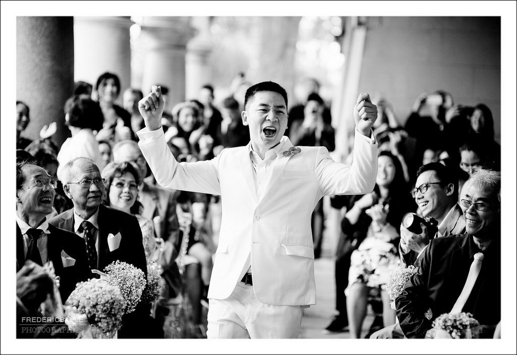 entrée du marié parmi l'assemblée des convives
