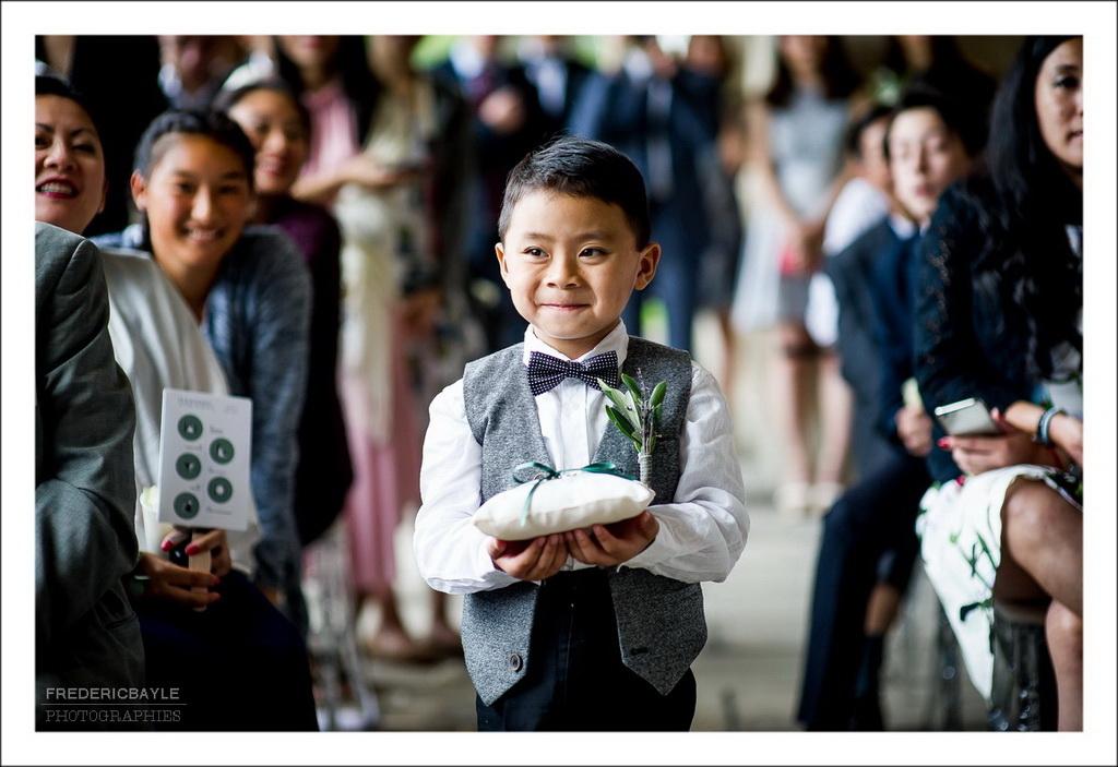un petit garçon apportant les alliances du mariage