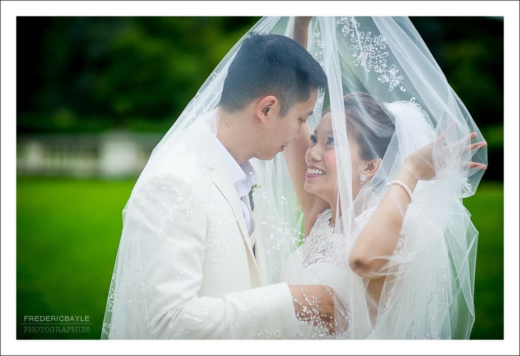 baiser des mariés sous le voile du mariage