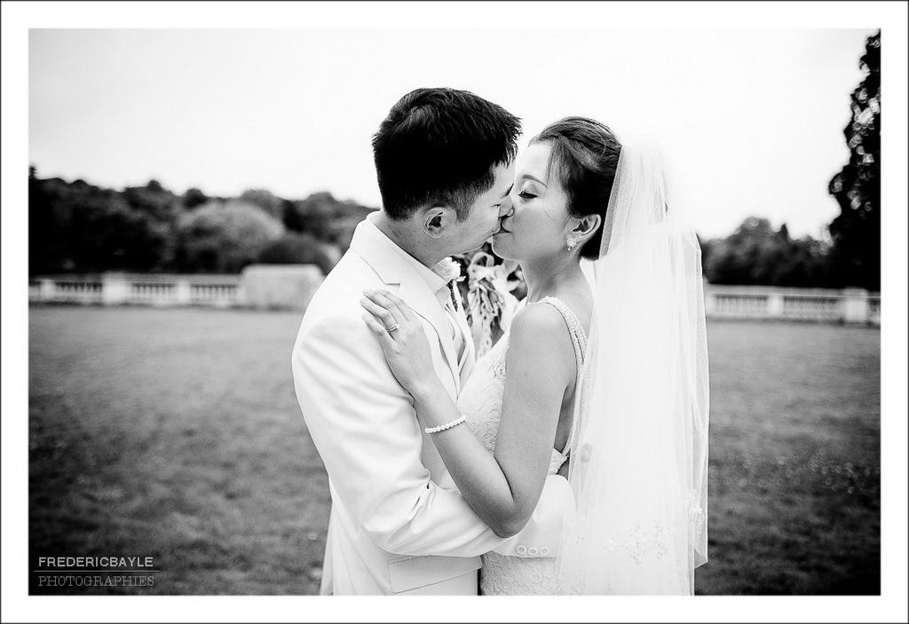 photos en noir et blanc des mariés s'embrassant