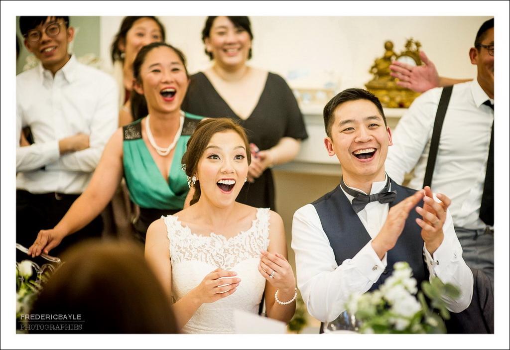 rires des mariés devant un diaporama
