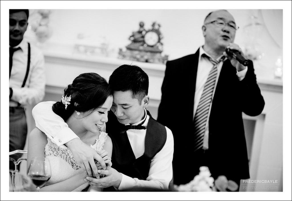 moment de tendresse des mariés au cours de la soirée