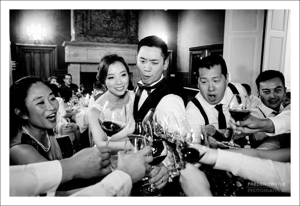 le marié et la mariée trinquent avec leurs amis