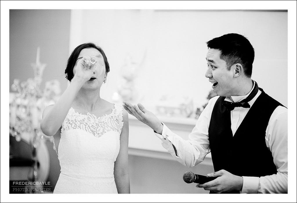 photo comique de la mariée vidant son verre cul sec